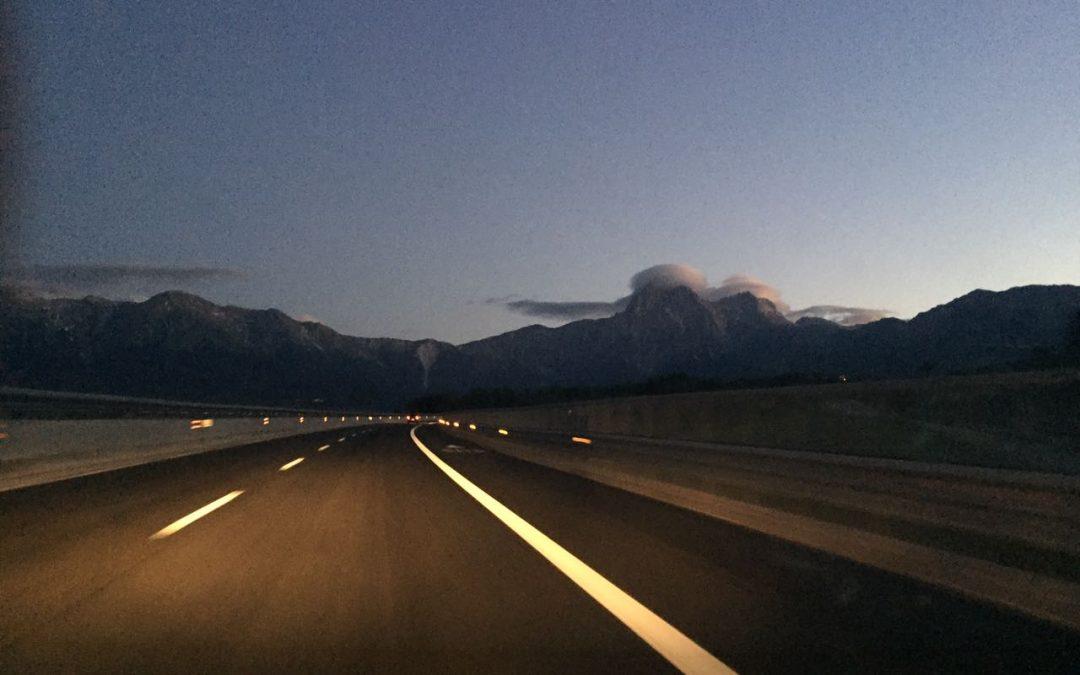 Le cime di Corno Grande e Corno Piccolo avvolte da due spettacolari nubi lenticolari